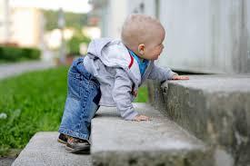 bebe-escalando